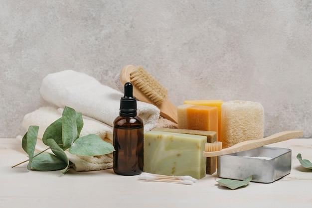 Olio corpo biologico e una varietà di saponi Foto Gratuite