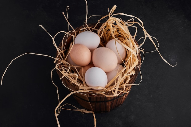 巣の中の有機卵、上面図。 無料写真