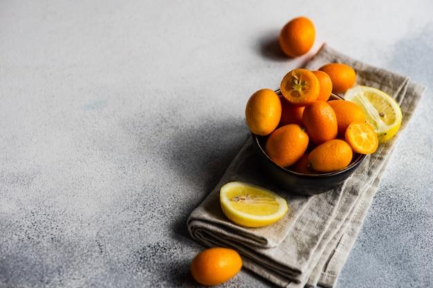 Концепция натуральных продуктов с фруктами кумкват Premium Фотографии
