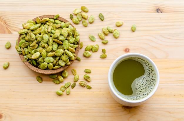 有機グリーン抹茶とヒヤシンス豆スナックの食用種子 Premium写真