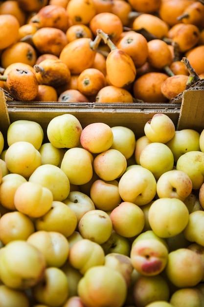 Органические здоровые фрукты в рыночных прилавках на продажу Бесплатные Фотографии