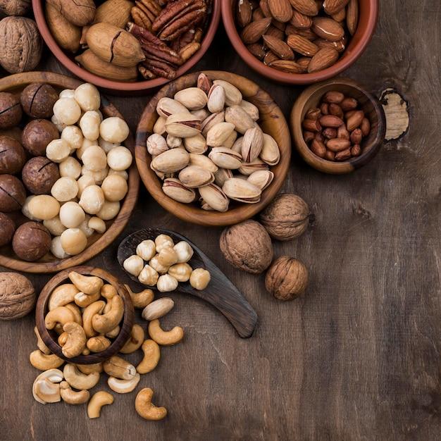Закуска из органических орехов в мисках Бесплатные Фотографии