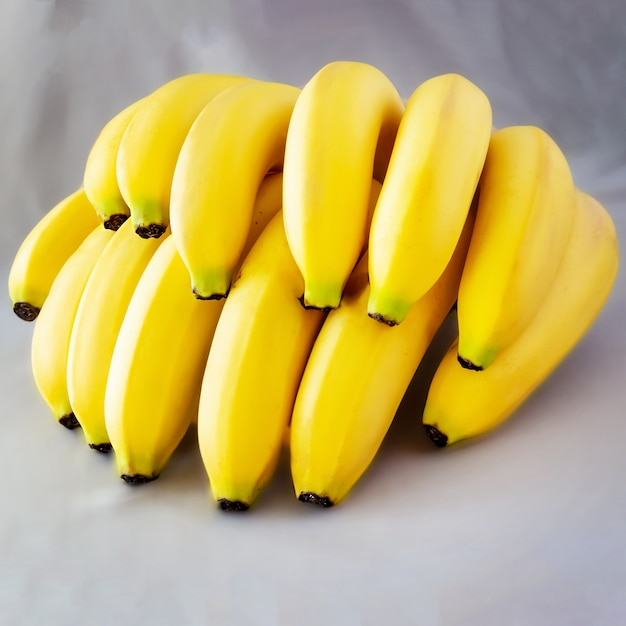 Органическое сырое желтое банановое серое пространство Premium Фотографии