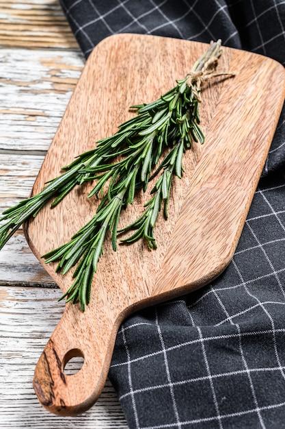 Органический розмарин. букет из свежих трав. вид сверху Premium Фотографии