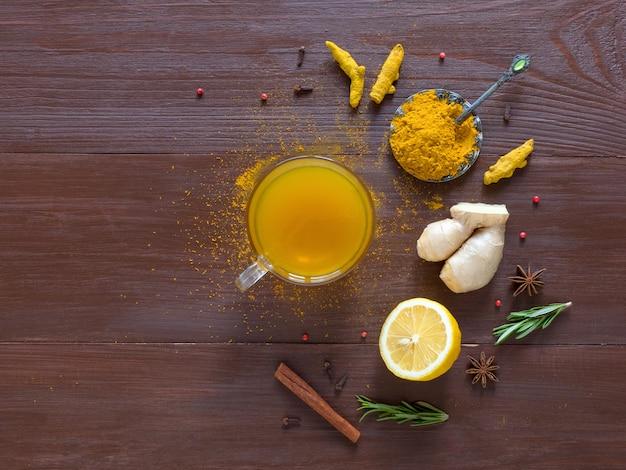 ウコン、シナモン、生姜、レモン、コショウのオーガニックティー。抗ウイルス感染の予防 Premium写真