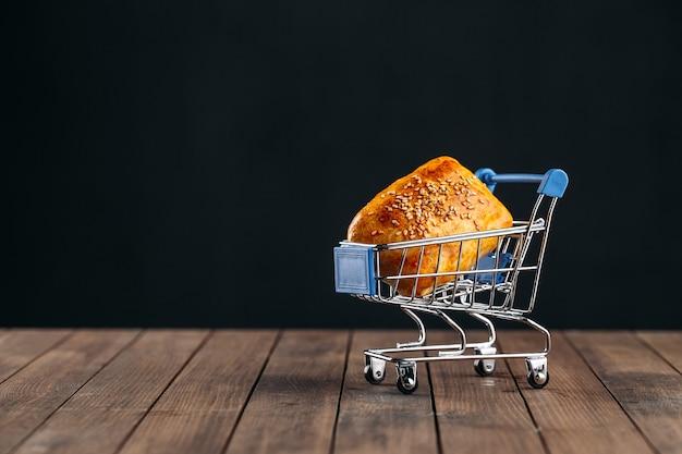ミニチュアトロリーの肉サムサとオリエンタル料理焼きパイ Premium写真