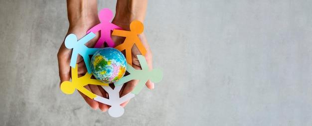 Origami chain people with globe Free Photo
