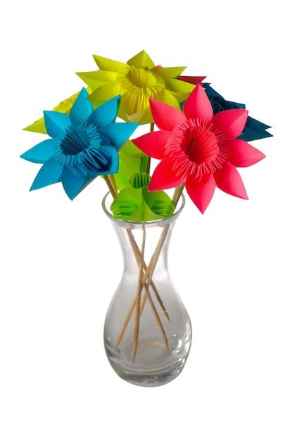 白で隔離のガラスの花瓶の折り紙の花。 Premium写真