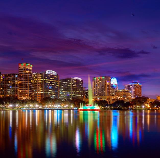 Orlando skyline sunset at lake eola florida us Premium Photo