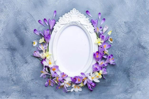 紫と白の春の花で飾られた華やかな白いフレーム 無料写真