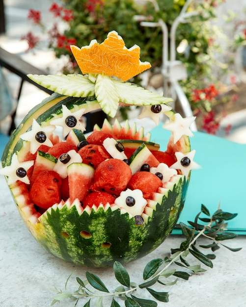 Ornated watermelon basket with watermelons pieces Free Photo