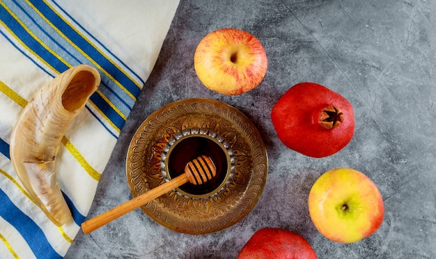 Orthodox jewish holiday honey on the pomegranate and apples Premium Photo