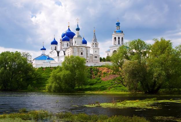Monastero di ortodossia a bogolyubovo in estate Foto Gratuite