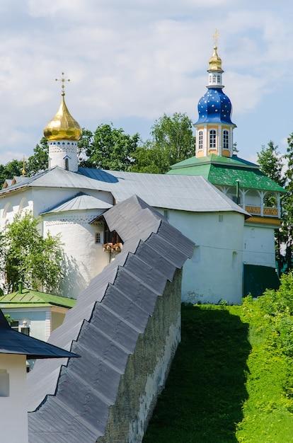 オルトドックス大聖堂。プスコフ・ペチェルスキー修道院。ペチョリー、プスコフ、ロシア Premium写真
