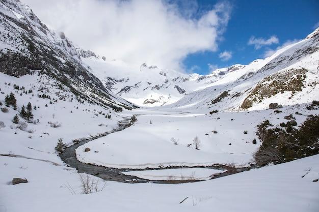Долина otal, национальный парк ordesa y monte perdido со снегом. Premium Фотографии