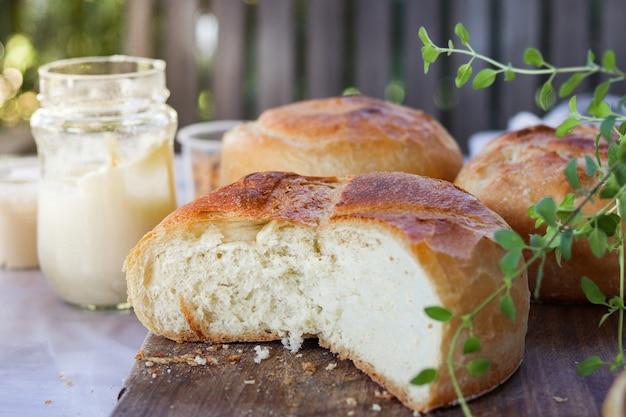 クリーミーなテーブルの上の屋外パン Premium写真