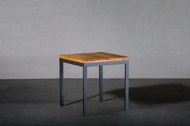 スタジオの金属製の脚が付いている屋外のコーヒーテーブル 無料写真