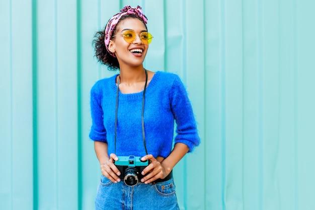 明るいウールのセーターと毛にカラフルなヘッドバンドでファッショナブルな黒人女性のアウトドアライフスタイルイメージ 無料写真