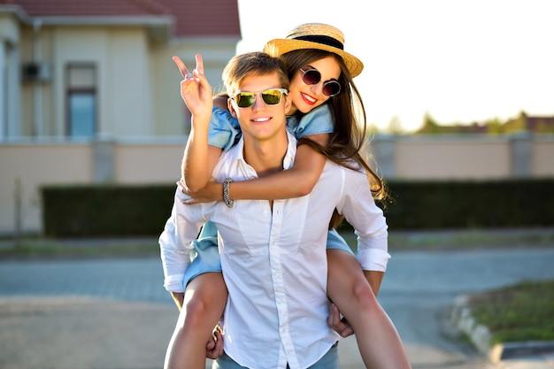 楽しんで、一緒に夢中になる愛の幸せなカップルのアウトドアライフスタイルのイメージ、抱擁とキス、ロマンチックなデート、夕方の日光、通り、旅行、スタイリッシュなエレガントな男、美しい恋人。 無料写真