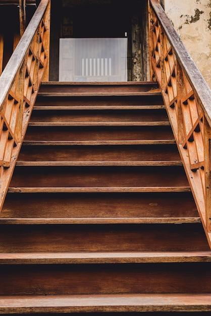 階段の手すりと屋外の古い木製の階段。手すり、手すり子 Premium写真