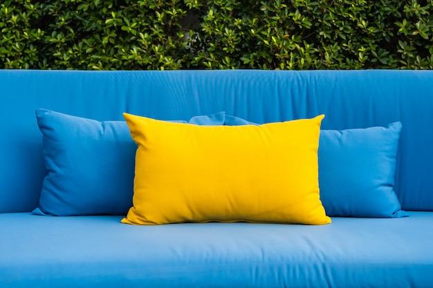 Открытый дворик в саду с диваном и подушками Бесплатные Фотографии