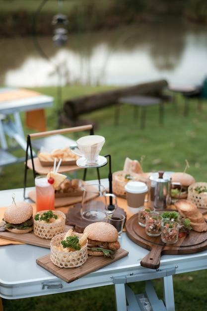 Еда для пикника в саду Premium Фотографии
