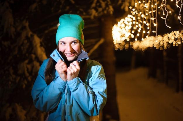 Внешний портрет молодой красивой женщины битника представляя на улице в ноче. Premium Фотографии