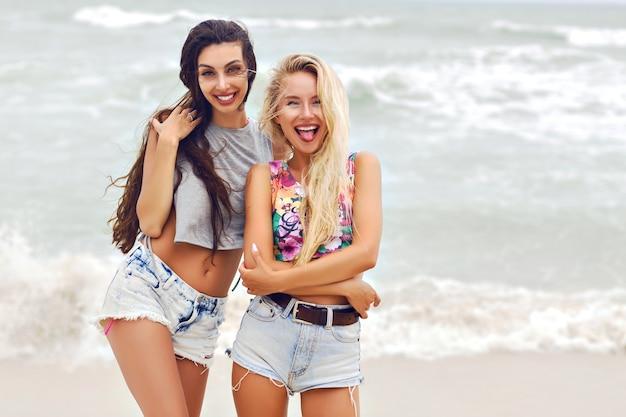 2つのかなり最高の悪魔の女の子の夏の屋外ファッションポートレート。 無料写真