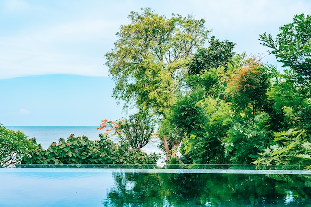 Outdoor swimming pool in hotel and resort neary sea and beach Free Photo