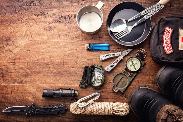 Напольное планирование оборудования перемещения для похода горы trekking на деревянной предпосылке. вид сверху - винтажные пленки с эффектом зернистости Premium Фотографии