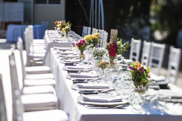 Outdoor wedding celebration in a restaurant Premium Photo