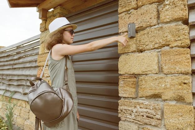 Dziewczyna na zewnątrz dzwoni na domofon Premium Photo