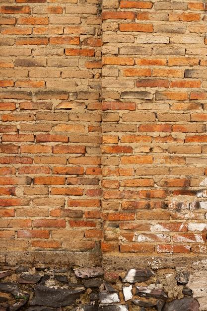 야외에서 붉은 벽돌 벽 배경 프리미엄 사진