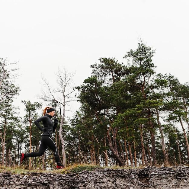Бег на открытом воздухе, низкая точка зрения Premium Фотографии