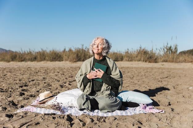 Красивая старшая женщина наслаждаясь outdoors Бесплатные Фотографии