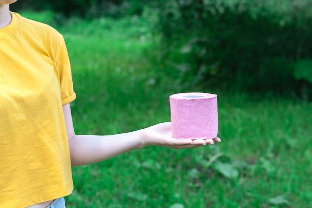 Женский держите туалетную бумагу outdur природы. концепция поноса в летний сезон Premium Фотографии