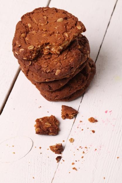 テーブルの上の自家製outmealブラウンクッキー 無料写真