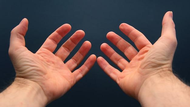 Вытянутые руки с раскрытыми ладонями Premium Фотографии