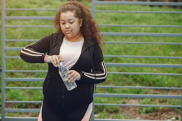 ストレッチ体操をしている女性のサイズ以上 無料写真