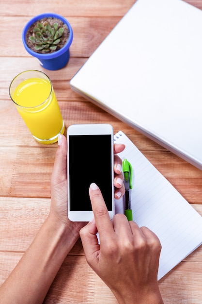 Overhead of feminine hands using smartphone Premium Photo