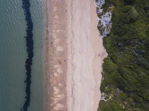 英国ウェイマスのボウリーズコーブ近くのビーチと海のオーバーヘッドショット 無料写真