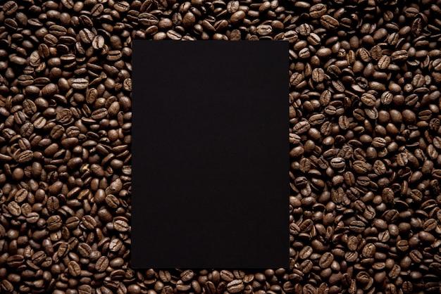 Накладные выстрел из черного квадрата в середине кофейных зерен отлично подходит для написания текста Бесплатные Фотографии