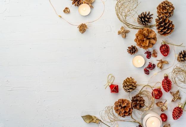 あなたのテキストのためのスペースを持つ白い木製のテーブルの素朴なカラフルなクリスマスの装飾のオーバーヘッドショット 無料写真