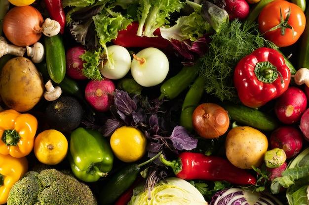 黒の背景にまとめられたさまざまな新鮮な野菜のオーバーヘッドショット 無料写真