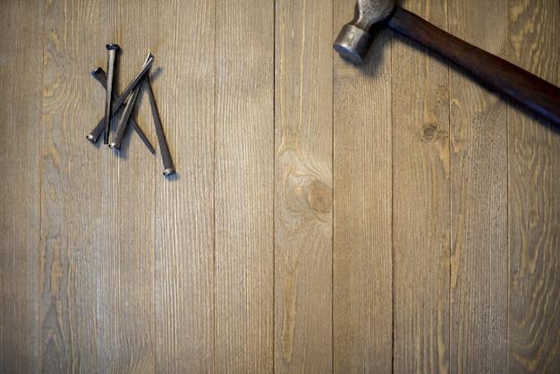 ハンマーと木の表面に釘のオーバーヘッドショット 無料写真