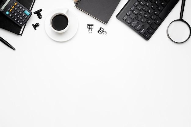 白い背景の上のオフィスアクセサリーのオーバーヘッドショット 無料写真