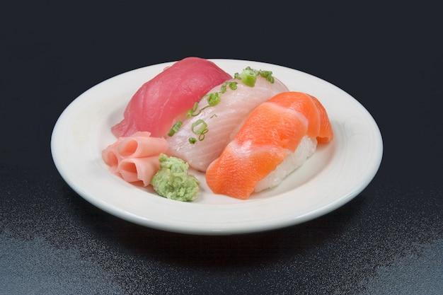 バックグラウンドで黒い色の白い皿に置かれた生の食品のオーバーヘッドショット 無料写真