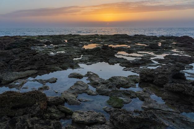 Снимок скал на берегу моря в захора, испания Бесплатные Фотографии