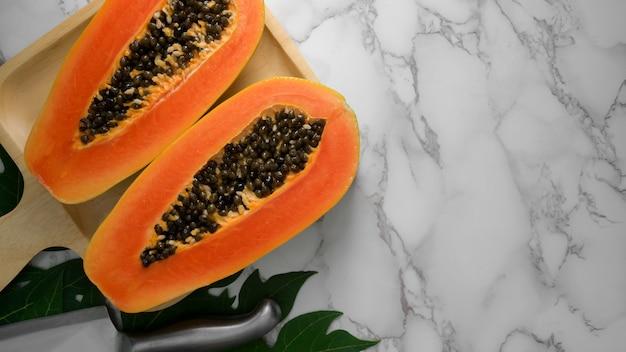 Накладные выстрел ломтик сладкой папайи на деревянный поднос и копией пространства Premium Фотографии