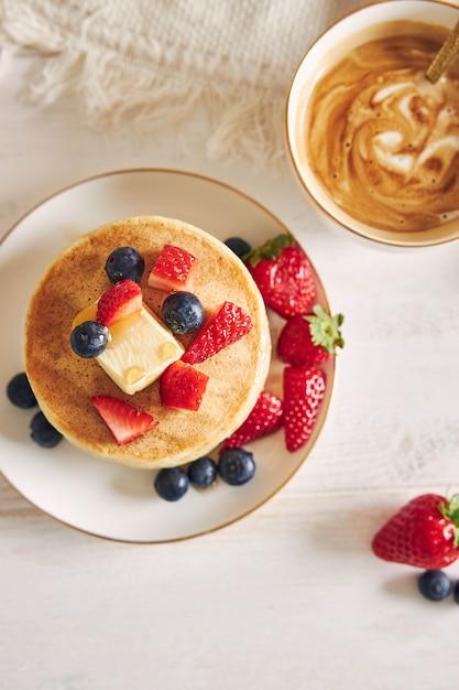 朝食時にフルーツとビーガンパンケーキのオーバーヘッドショット 無料写真